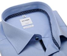 Koszula Olymp Comfort Fit – jasnoniebieska z wyszytym wzorem, niebieską wewnętrzną stójką i plisą
