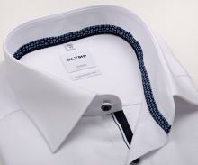 Koszula Olymp Comfort Fit – biała z wyszytym wzorem, niebieską wewnętrzną stójką i plisą